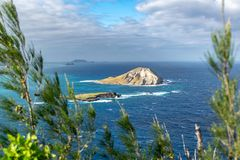 Ansicht von Kaninchen-Insel MÄ  Nana-Insel, eine unbewohnte kleine Insel lokalisierte 1 2 Kilometer weg von KaupÅ- Strand u. Wa lizenzfreies stockbild