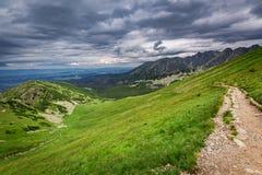 Ansicht von Kasprowy Wierch zum Gebirgspfad im Sommer Lizenzfreie Stockfotografie