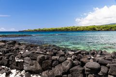 Ansicht von kealakekua Bucht auf Hawaiis großer Insel; blaugrünes Wasser, Küstenlinie mit Grünpflanzen im Hintergrund lizenzfreie stockfotos