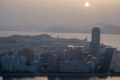 Ansicht von Kitakyushu-Stadt durch das Meer um Wakamatsu-ku im Sommer stockbild