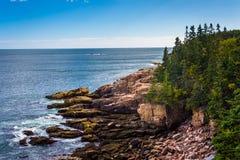 Ansicht von Klippen und von Atlantik in Acadia-Nationalpark, M Stockfoto