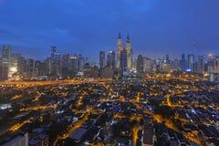 Ansicht von Kuala Lumpur City Center während der blauen Stunde auf dem Morgen 2016 des neuen Jahres Stockfotos
