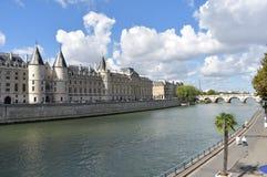 Ansicht von La Conciergerie mit der Seine und dem Eiffelturm Paris, Frankreich, am 10. August 2018 stockfotografie