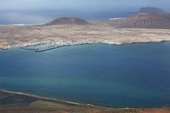 Ansicht von Lanzarote-Insel zu La Graciosa-Insel, Spanien stockbild
