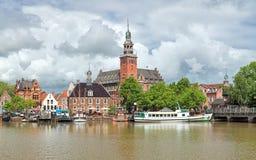 Ansicht von Leda-Fluss auf Rathaus und altes wiegen Haus im Seitenblick, Deutschland Lizenzfreies Stockfoto
