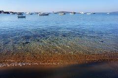 Ansicht von Lefkes-Hafen voll von Booten in Paros stockfoto