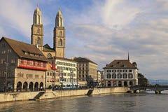 Ansicht von Limmat-Fluss und von alter Stadt Zürichs Lizenzfreie Stockfotos