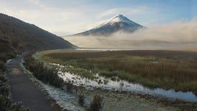 Ansicht von Limpiopungo-Lagune mit Vulkan Cotopaxi im Hintergrund auf einem bewölkten Morgen stockbild