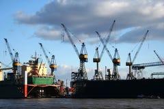 Ansicht von Logistik und von Kränen am Hafen - serie Stockbild