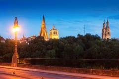 Ansicht von Logrono von der Brücke über dem Ebro am Abend Lizenzfreie Stockbilder