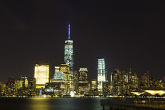 Ansicht von Lower Manhattan-Skylinen nachts vom Austausch-Platz in Jersey City, New-Jersey Stockfotografie