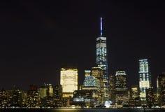 Ansicht von Lower Manhattan-Skylinen nachts vom Austausch-Platz in Jersey City, New-Jersey Stockfoto