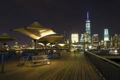 Ansicht von Lower Manhattan-Skylinen nachts vom Austausch-Platz in Jersey City, New-Jersey Lizenzfreie Stockfotos