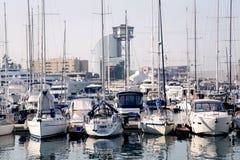 Ansicht von Luxusyachten am Hafen olympisch in Barcelona lizenzfreies stockbild