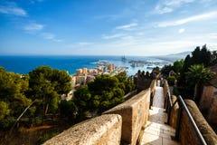 Ansicht von Màlaga-Hafen Wände des Hofes von Castillo de Gibralfaro Stockfotografie