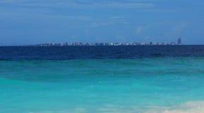 Ansicht von männlichen Skylinen u. von x28; Maldives& x29; von Kuda Bandos Lizenzfreie Stockfotos