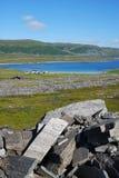 Ansicht von Mageroya mit kleinem Dorf nahe dem Fjord. lizenzfreie stockbilder