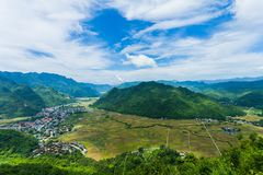 Ansicht von Mai Chau Township mit Feld des ungeschälten Reises in Nord-Vietnam Lizenzfreie Stockfotos