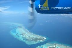 Ansicht von maledivischen Inseln vom Seeflugzeug Lizenzfreie Stockfotografie