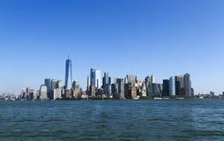 Ansicht von Manhattan-Wolkenkratzern von der Seeseite Lizenzfreie Stockfotografie