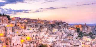 Ansicht von Matera bei Sonnenuntergang, Italien, UNESCO-Europäische Kulturhauptstadt 2019 Lizenzfreie Stockfotos