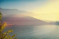 Ansicht von Meer, von Bergen und von Stadtlandschaft Bellen Sie in Budva-Stadt auf adriatischer Seeküste, Montenegro Stockfoto
