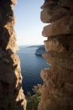 Ansicht von Meer durch rokcs Stockfotos