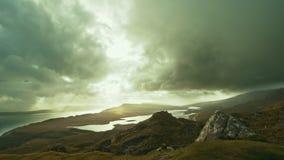 Ansicht von Meer und von Bergen vom höchst- alten Mann von Storr - Zeitversehen, Insel von Skye, Schottland stock video footage