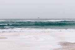 Ansicht von Meer und von Strand im Winter während der Schneefälle und des Winds, das Se Lizenzfreie Stockbilder