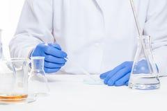 Ansicht von menschliche Hände im Labor bei der Ausführung von Experimenten lizenzfreie stockfotografie