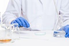 Ansicht von menschliche Hände im Labor bei der Ausführung von Experimenten stockfotos