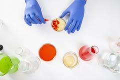 Ansicht von menschliche Hände im Labor bei der Ausführung von Experimenten stockfotografie