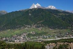 Ansicht von Mestia auf Berg Ushba Stockfotos
