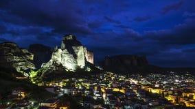 Ansicht von Meteora-Felsen und von Dörfern Kalambaka und Kastraki, Thessalien, Griechenland, nachts - timelapse stock footage