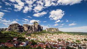 Ansicht von Meteora-Felsen und Trikala-Dörfer tagsüber mit großen Wolken und Sonnenstrahlen fliegen über das Tal - timelapse stock video footage