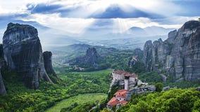 Ansicht von Meteora-Tal, von Tageszeit, von Sonnenstrahlen, von Wolken, von Rousanou-Nonnenkloster und von Kloster St. Nicholas A stock footage