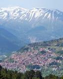 Ansicht von Metsovo-Stadt, Lakmos-Berg im Hintergrund, Epirus, Griechenland Stockfoto