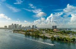 Ansicht von Miami am Abend von einem Vogel ` s Flug lizenzfreies stockfoto