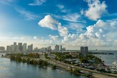 Ansicht von Miami am Abend von einem Vogel ` s Flug stockfotos