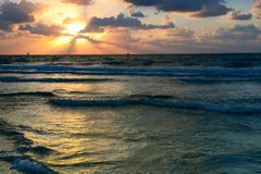 Ansicht von Mittelmeer bei Sonnenuntergang lizenzfreie stockbilder