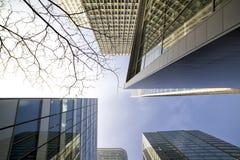 Ansicht von modernen Geb?uden in Paris Die goldene Taste oder Erreichen f?r den Himmel zum Eigenheimbesitze Stockbilder
