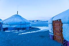 Ansicht von mongolischem Ger auf der großen Steppe mit Schnee auf dem Boden lizenzfreies stockbild