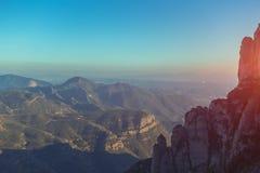 Ansicht von Morgen Montserrat-Bergen mit Dunst und blauem Himmel stockfotos