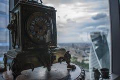Ansicht von Moskau-Wolkenkratzern und -uhren Lizenzfreie Stockfotos