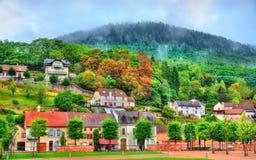 Ansicht von Moyenmoutier, eine Stadt in den Vosges-Bergen - Frankreich Lizenzfreie Stockfotografie