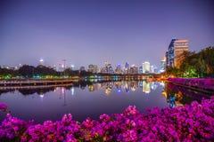 Ansicht von Nachtstadtbild an Benchakitti-Park, modernes Gebäude von Bangkok, Thailand, Reflexionsfotos, schöner Nachthintergrund stockbild