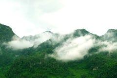 Ansicht von nebelhaften Nebelbergen im Winter von Thailand Stockbilder