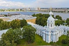 Ansicht von Neva-Fluss vom Turm von Smolny-Kathedrale in St Peter Stockfotografie