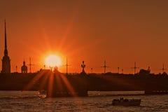 Ansicht von Neva mit Brücke und Peter und Paul Fortress in der Hintergrundbeleuchtung bei Sonnenuntergang in Petersburg Lizenzfreies Stockbild
