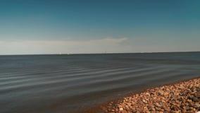 Ansicht von Neva River in St Petersburg, Russland Touristische Boote schwimmen auf den Fluss Gebäude nahe Neva River Embankment stock video footage